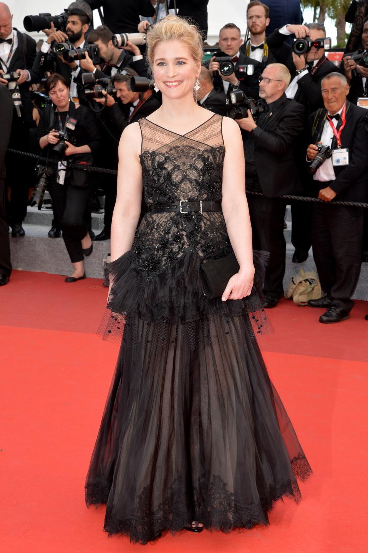 カンヌのレッドカーペットに、ショーメを纏い女優ナターシャ・レニエが登場(1)