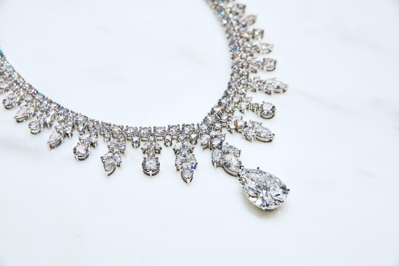 【第76回ゴールデングローブ賞授賞式】レディー・ガガ、100カラットを超えるダイヤモンドが輝くティファニーのネックレスを纏って登場(3)―Tiffany & Co.(ティファニー)
