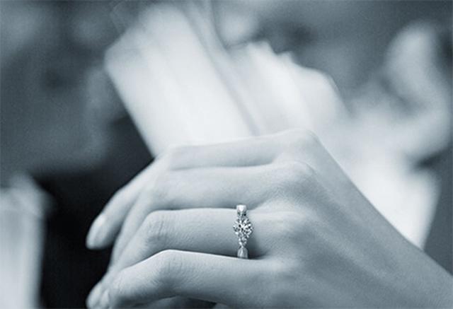 指輪をはめている写真