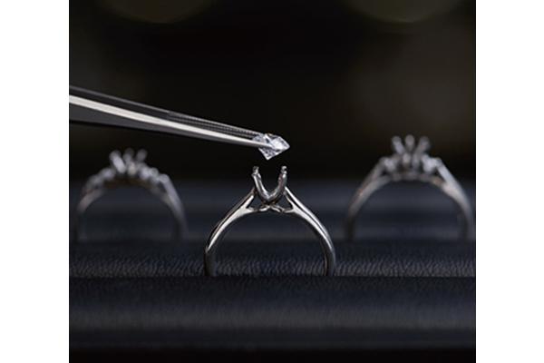 リング枠とダイヤモンドの写真